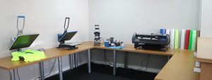 Drukwensch productieruimte met machines om textiel te bedrukken